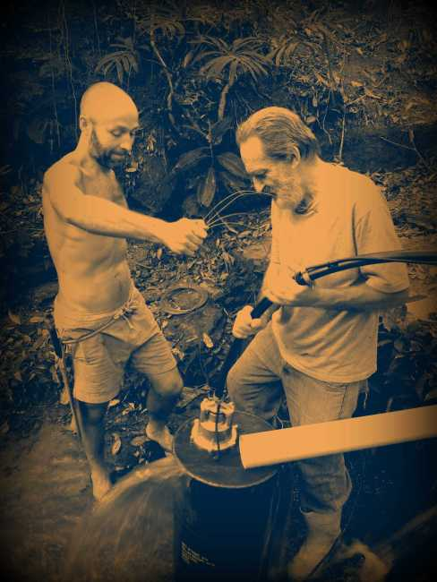 We placed a metal barrel inside the creek, a pipe on top of it that funnels water into it, and here you can see as Antonio (left) & Richard (right) are lowering the water pump into the barrel. The goal is to pump the water to our water reserve which is about 120 meters away at about 20 meters higher altitude. And our first test was a success!