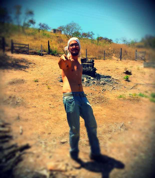 We got our very own pirate (Ígor), shirtless, big machete, & his shirt as a bandana.